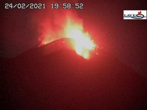 Etna SEC - 02.24.2021 - lava fountain at 7:39 pm / INGV OE webcam and at 7:58 pm / LAVE webcam - one click to enlarge