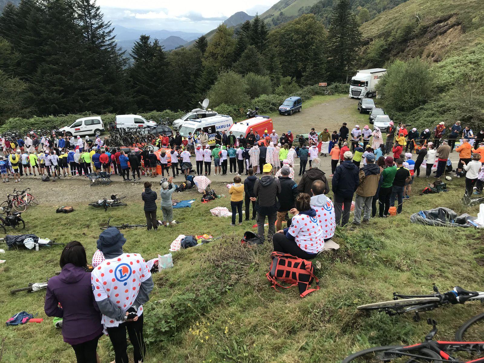 Le futur vainqueur venu du pays des ours et la foule au col de Marie Blanque