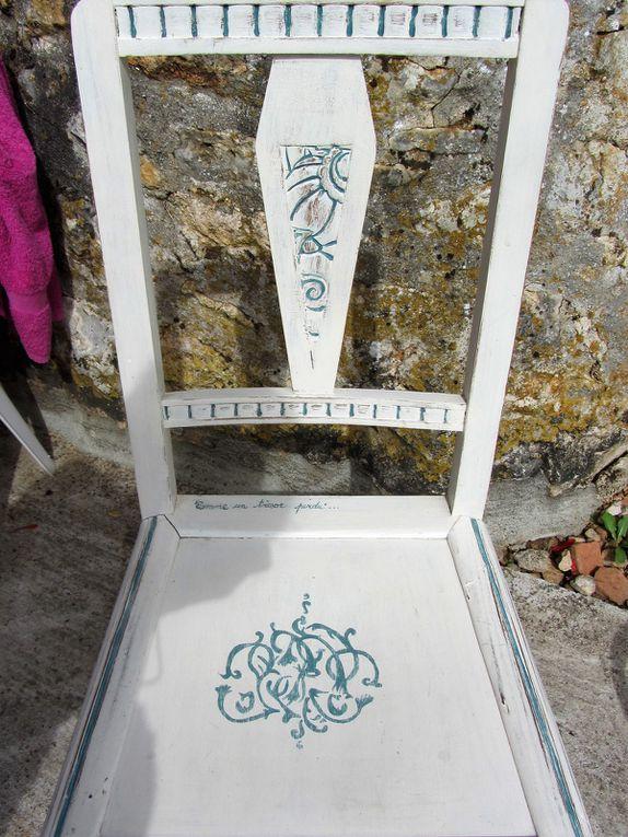 Toutes nos chaises ont eu le droit au même traitement. Elles avaient été customisées, il y a quelques années déjà.