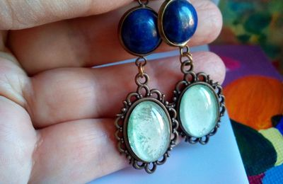 Fait mains en france, par artiste peintre,clips boucles oreilles lapis lazuli avec pendentif aquarelle peint bleu vert,base laiton bronze, fleuri art nouveau victorien,cadeau fete anniversaire noe