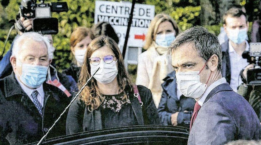 Olivier Véran, le ministre de la santé, au CH Dron à Tourcoing pour visiter le centre de vaccination.