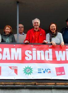 Neu: 12.4.13 ein wetterfestes Transpi am DGB-Büro in Soltau angebracht. Foto: RR