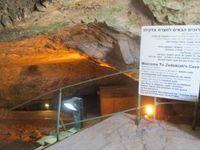 Dans le sous sol de la Vieille Ville, on trouve la grotte de Zedekiah, qui est considérée comme la premier temple maçonnique du monde, où Hiram tenait ses offices.