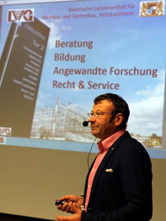 In der dritten Station des diesjährigen Informationsganges der Gemeinde informierte Dr. Andreas Becker, der Leiter der Bayerischen Gartenakademie an der LWG ausführlich über die Aufgaben, Ziele und große Leistungspalette der seit 1902 in Veitshöchheim ansässigen Bayerischen Landesanstalt für Weinbau und Gartenbau (LWG) mit Fach- und Technikerschule.