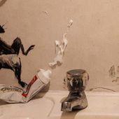 Que fait le street-artiste Banksy en temps de confinement ? Il met le bazar dans sa salle de bains...