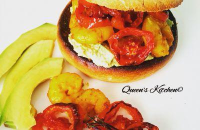 panino con maionese di avocado gamberi alla curcuma e pomodori confit