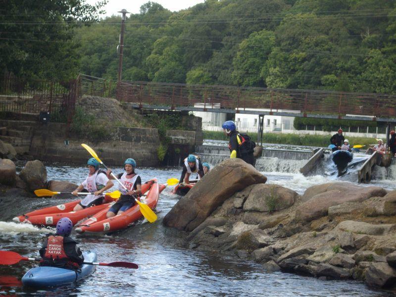 Une cinquantaine d'enfants répartis dans 3 collèges différents se relaient pendant 2h afin d'effectuer le plus de tours possibles de l'île de Locastel à Inzinzac-Lochrist sur le Blavet. Chaque équipe compte un kayak biplace et deux kayaks monop