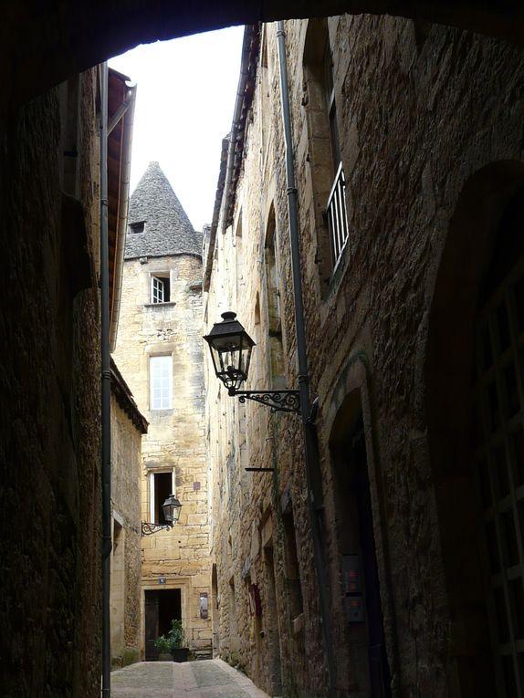 Fin août, Sarlat se vide petit à petit de ses touristes ... je suis impressionné par la masse de gens dans les ruelles médiévales ... La magie opère ...