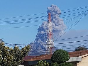 Sinabung - evolution of the eruptive plume of 08/23/2020 / 7:41 - 8:15 am - Magma Indonesia photos - Sadrah Peranginangin and Endro Rusharyanto - one click to enlarge