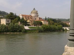 Les bords de l'Adige et l'église San Giorgio in Braida
