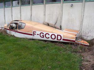 En extérieur le Piper Apache G-RVRC attend. Sur le terrain d'ULM de Frossay est stocké le Socata TB-9 F-GCOD.
