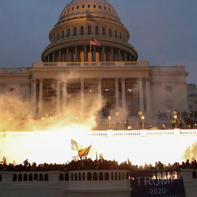 #USA : Le #Congrès US interrompt la certification de la victoire de #Biden après l'irruption dans le #Capitole de manifestants