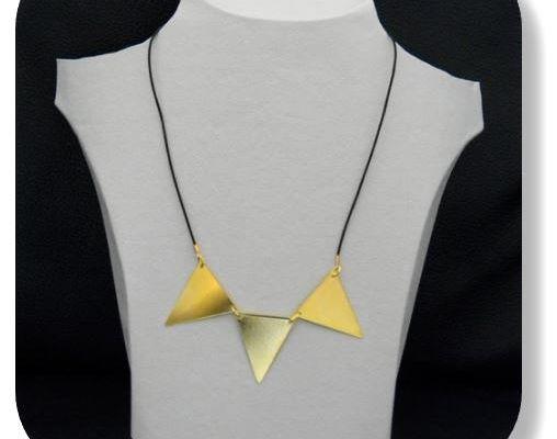 DIY : collier 3 triangles dorés sur cordon cuir (+tuto)