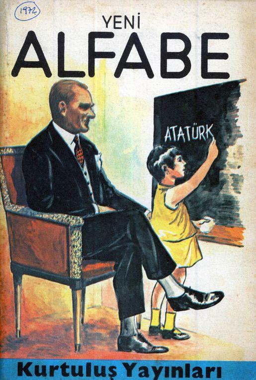 """Couvertures de quelques manuels de lecture des années 1970. On notera la composition """"en abyme"""" de plusieurs images. Dans les pages intérieures, d'autres portraits d'Atatürk, et des images (de salle de classe, de rue etc.) comportant également des portraits d'Atatürk"""