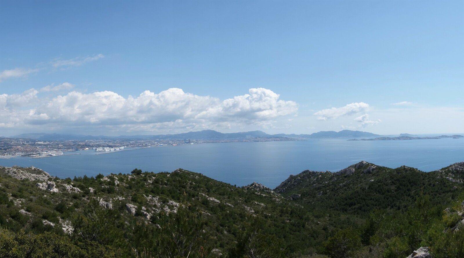 au sommet coté 213 et départ du monotrace, vue panoramique sur la rade de Marseille