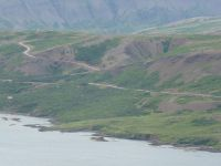 route à gauche et piste (milieu et droite) dans la région des fjords de l'ouest