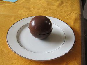Sphère surprise de chocolat aux poires sauce caramel