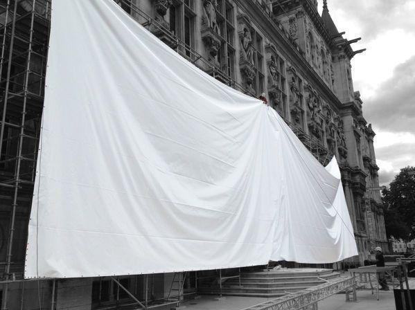 mise en tension d'une toile sur la mairie de Paris