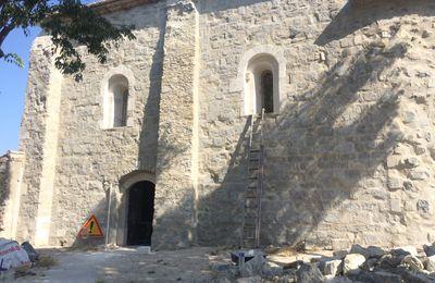 Pose des vitraux, chapelle de Montagnac dans le Gard