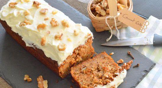 Tiré de son livre Cook, le fameux Carrot Cake de Jamie Oliver est une petite gourmandise goûteuse où se mêlent parfums d'épices et d'orange. Le glaçage au cream cheese et zeste de citron vient apporter une petite touche d'acidité et de fondant, c'est le petit truc en plus qui fait toute la différence. Au petit déjeuner ou à l'heure du goûter, ce dessert nord américain fera le bonheur de