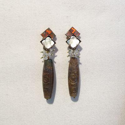 Boucles d'oreilles clips en pierres et matières naturelles, agate et poésie au cœur de Paris.