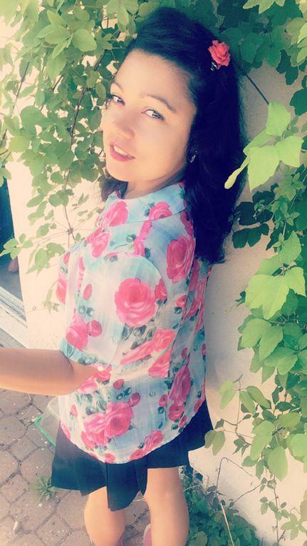 Avec mon joli chemisier fleuri de rose.Avec mon joli chemisier fleuri de rose