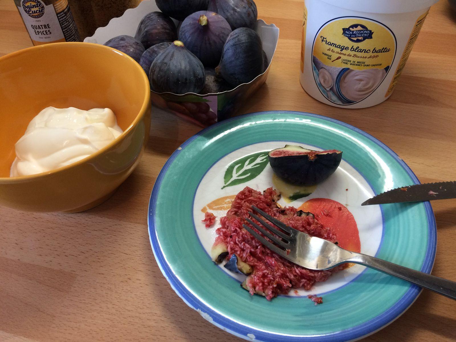 L'idée est d'écraser une figue environ à la fourchette (choisir la plus mûre et la couper d'abord en petit morceaux pour la peau) pour la mélanger au fromage blanc, tandis qu'on ajoutera une ou deux autres figues en morceaux au mélange.