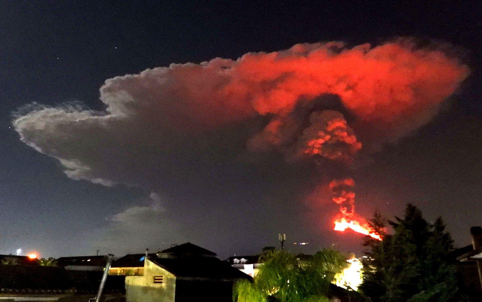 Etna - 23.02.2021 / 01h local - subplinal eruptive column seen from Tremestieri Etneo - photo Boris Behncke