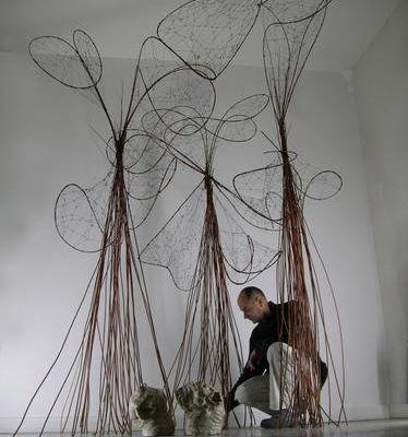 L'artiste Lili-oto cherche un local pour organiser une exposition à Narbonne avec ses sculptures mobiles cet été art contemporain