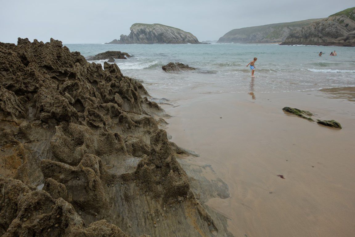 la plage de la Arnia et ses lames rocheuses qui la protègent de la houl