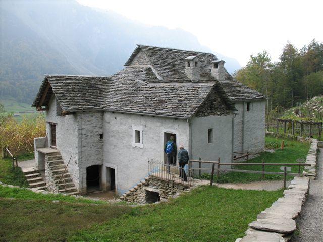 Plus de 100 maisons originales, vieilles de plusieurs siècles, provenant de toutes les régions du pays, deux cent cinquante animaux de ferme de races indigènes, des jardins et des champs entretenus comme autrefois...
