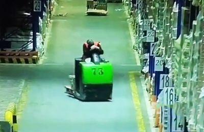 Un homme s'offre une micro sieste au travail