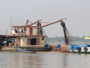 Arrivée à Phnom Penh par bateau.