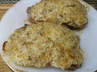 5 - Pendant que la viande repose, faire revenir les châtaignes à la poêle dans un peu de beurre. Réserver au chaud. Préchauffer le four en position grill, répartir le beurre de châtaignes sur les pavés de viande et les passer au grill 2 à 3 minutes. Pendant ce temps, toaster 1 tranche de pain de mie et découper dedans des étoiles à l'aide d'un emporte-pièce. Sortir les pavés du four les couper en 2.