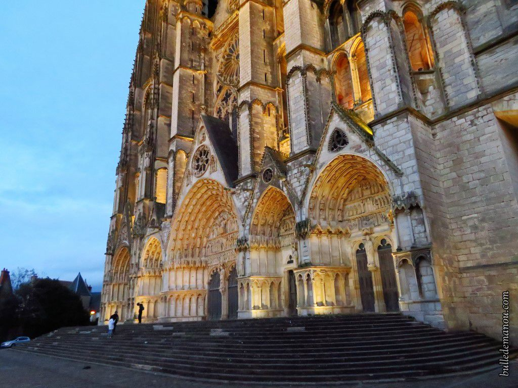 La façade et le portail Ouest illuminés