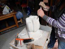 Dorothée peaufine sa sculpture