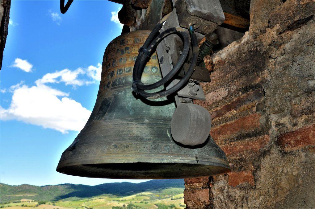 La beauté des cloches en direction de l'Auberge, mais aussi en direction de l'ancien village (3 photos)