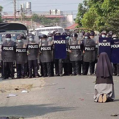 L'histoire de la photo de la religieuse agenouillée devant la police au Myanmar