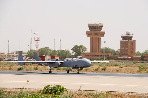 Photo : © Armée de l'Air - Drone Harfang sur la piste de la base de Niamey.