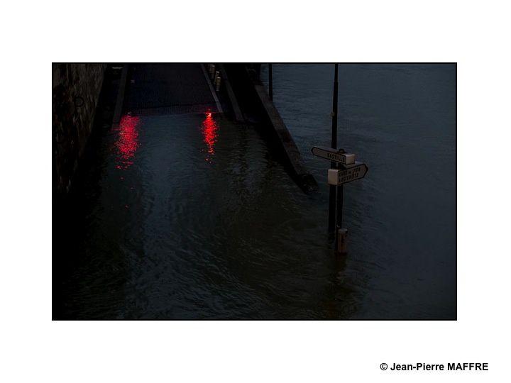 Une promenade nocturne et poétique dans Paris entre le pont de Sully et le pont de l'Alma.