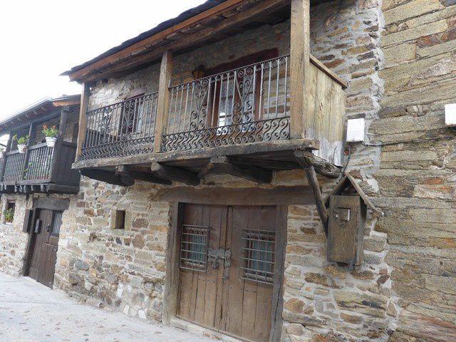 vieux village typique du Bierzo  avec ses toits d'ardoises, ses balcons et escaliers extérieurs...