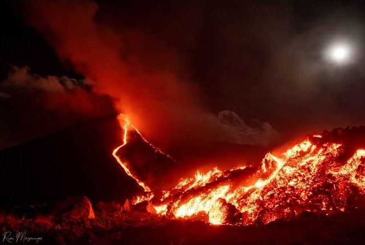 Volcan De Pacaya - Finca El Caracol neighbors share this beautiful photo of the lava flow during the night of February 27-28 - Doc. DisastersGT