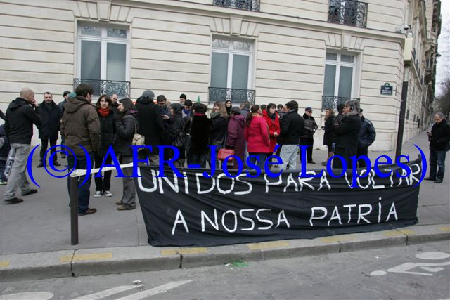 13-03-02 Manifestacao-em-Paris-proximo-do-Consulado-de-Portugal