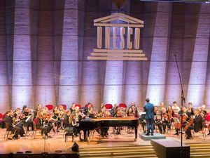 Arielle Beck avec Martha Argerich, au piano (©Sylvain Gélineau), en concert à l'Unesco