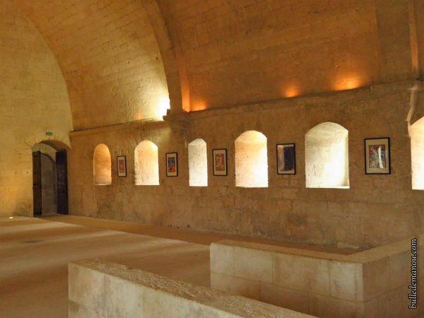 Le dortoir (escalier d'accès et vestige de carrelage)