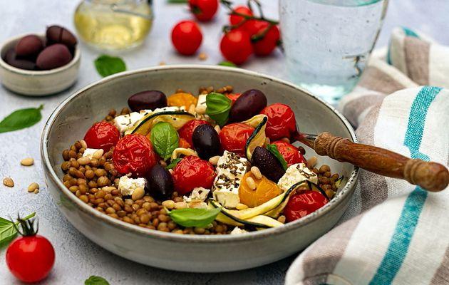 Salade de lentilles aux courgettes, tomates et feta rôties