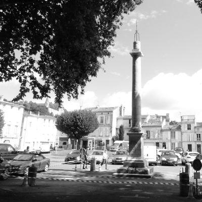 8 - Place Blair Saintes - La colonne révolutionnaire protégée - Les pierres parlantes
