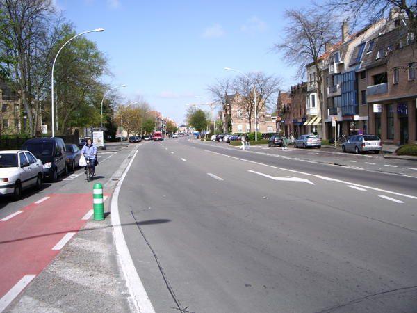 Cet album montre commentla ville de Brugesgère la mobilité dans un objectif de développement durable. L'automobile se fait toute discrète sur l'espace public.