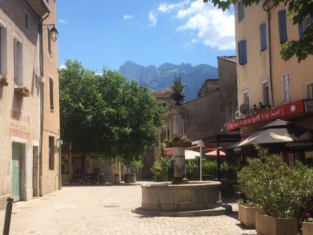 Saillans. Sa fontaine. Le massif des Trois-Becs .
