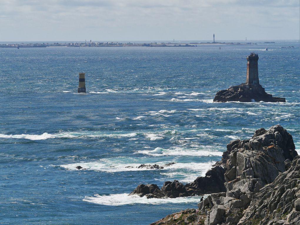 On part de port Loubous ( Plogoff ) pour aller jusqu'à la Pointe du Raz, par le sentier côtier, en passant par Feunteunod ( Fontaine de la côte ); au loin, le phare de la Vieille et l'île de Sein, probablement un des coins de Bretagne le plus spectaculaire !